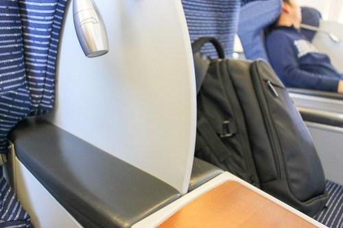隣の席との仕切り板