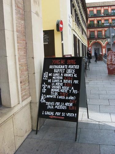 Pizarra abatible acera Plaza Corredera.