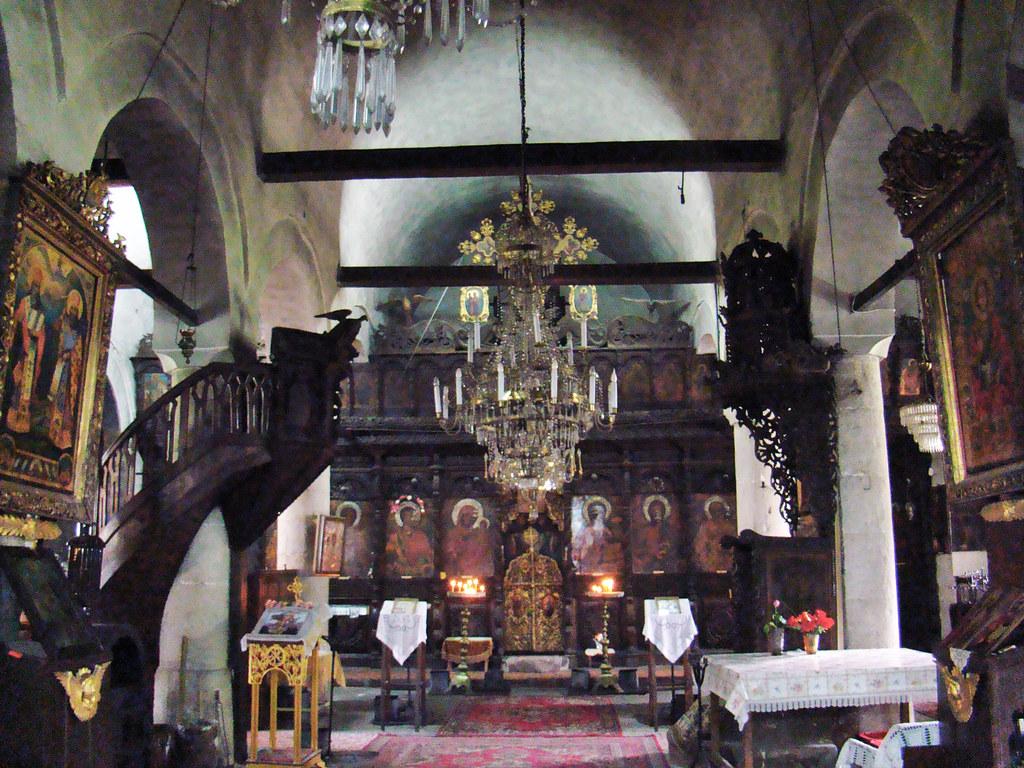 Tryavna nave e iconostasio interior Iglesia Arcangel San Miguel Bulgaria 05