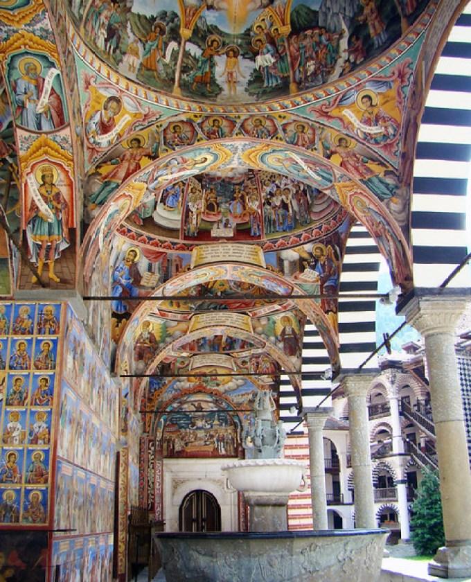 Monasterio de Rila galeria atrio exterior Iglesia Bulgaria Patrimonio de la Humanidad Unesco 03