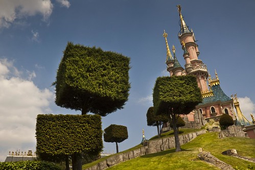 Welcome in Disneyland : Cubic Trees and Pink Castle (Disneyland Paris) - Photo : Gilderic