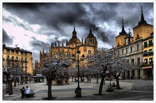 Plaza Mayor de Segovia, Catedral al fondo y Ayuntamiento a la derecha.