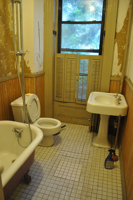 A clean 2nd floor bathroom