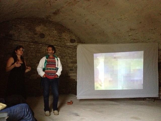 Anne-Marie présente l'installation au public