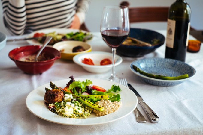 Simpele maaltijd met wat gegrilde asperges, baba ganoush, tabouleh, salade en lamsgehaktballetjes
