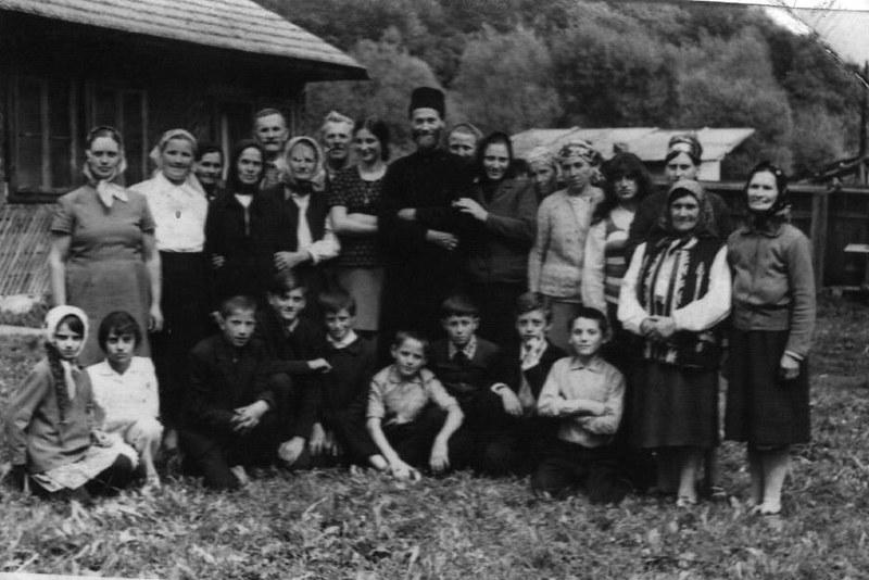 Părintele Justin, în satul Petru Vodă, înconjurat de familie şi de credincioşi (~1970)