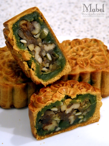 Mixed nuts & pandan mooncake