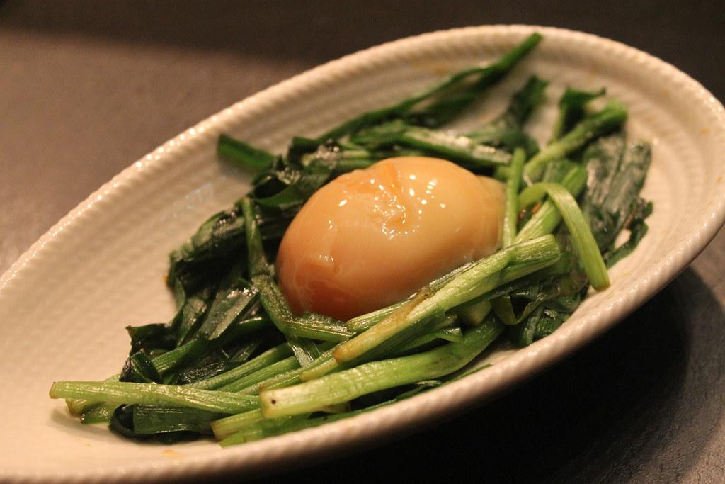 Ajetes con huevo escalfado, en 'Isoya'