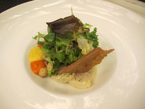 Terrine maison de merlan frais,  haricots verts, pois chiches et coulis de poivrons rouges