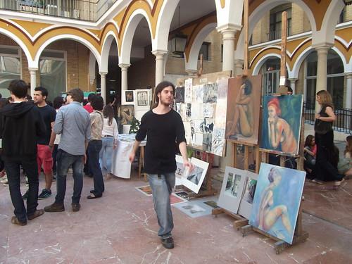 Mercadillo de arte con jóvenes paseando