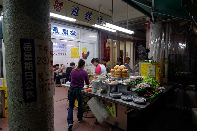 【阿財雞絲麵】因為看客人不少,所以也跟著進來吃