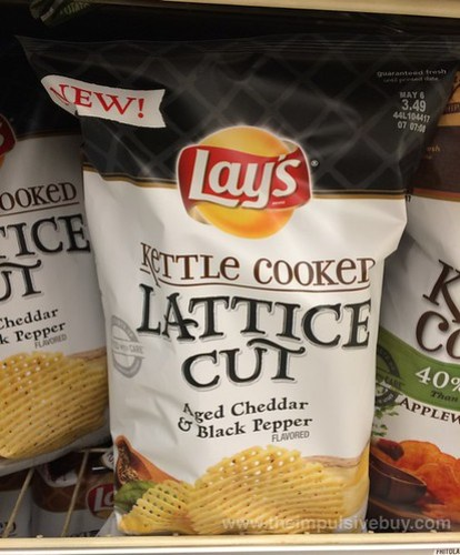 Lay's Kettle Cooked Lattice Cut Aged Cheddar & Black Pepper Potato Chips