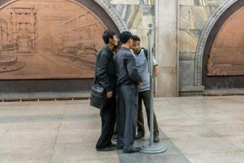 Deze mensen lezen in de krant de berichtgeving over de laatste wonderen die de huidige leider Kim Jong Oen heeft verricht.