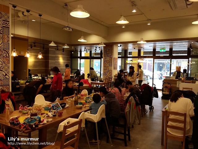 我們去的時候餐廳幾乎是滿座,看得出來都是父母帶著孩子來用餐。動線寬敞舒服。
