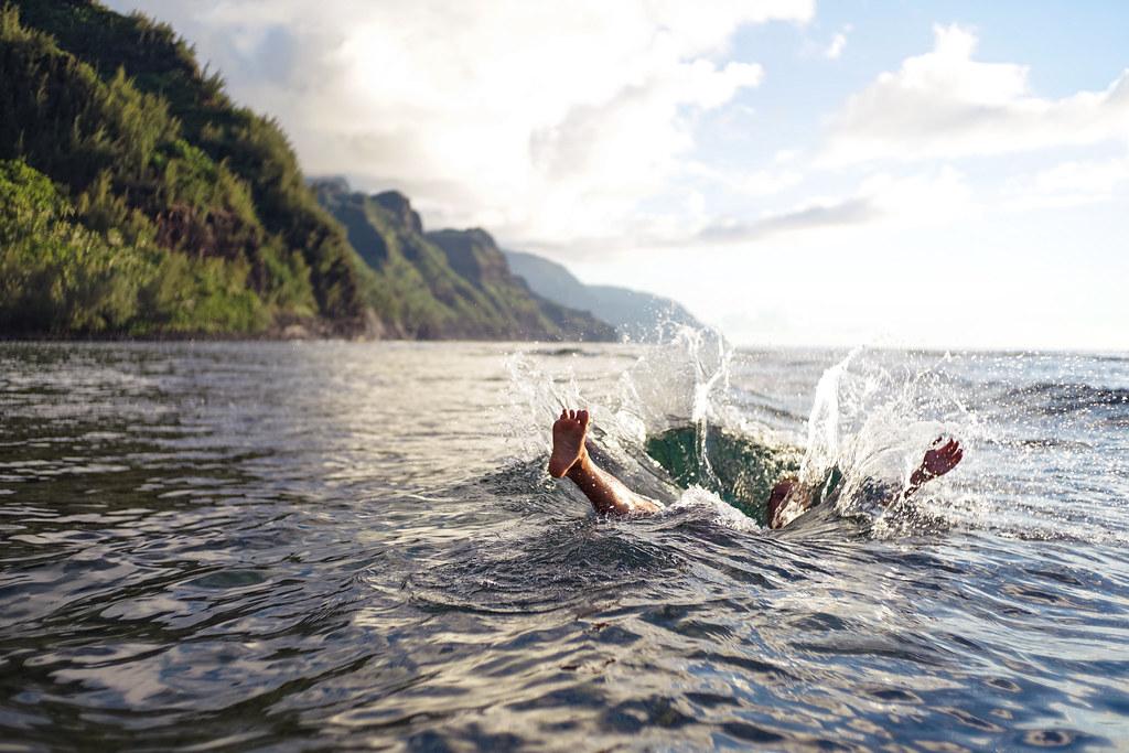 Imagen gratis de un chico bañándose en la playa