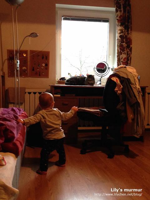 這張照片中小妮試著扶著床沿走,想走過去摸婆家的貓Mica。