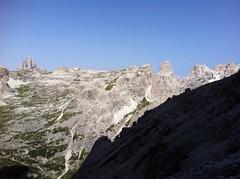 Alpinisteig, Blick auf die Drei Zinnen im Hintergrund