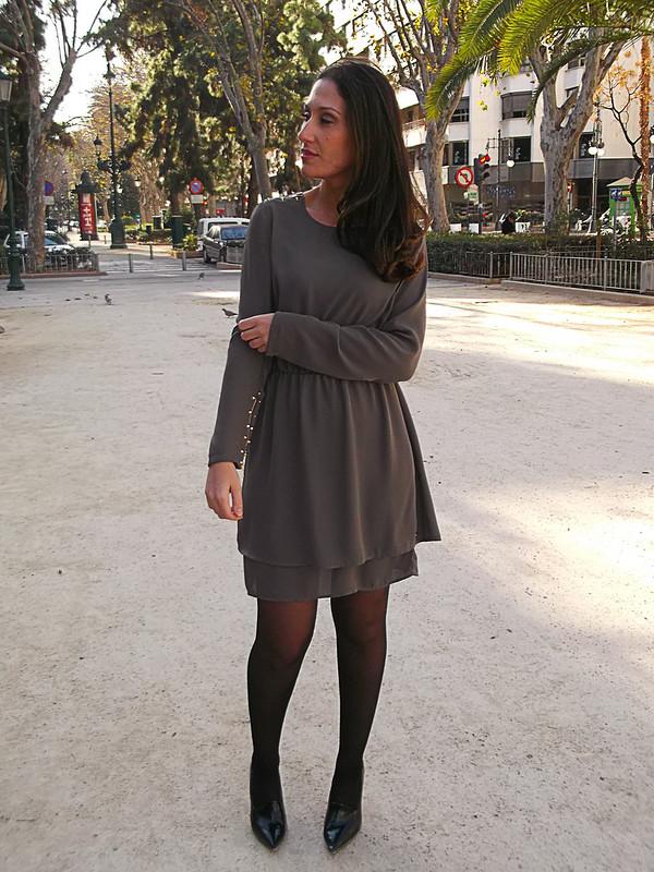 Vestido, gris topo, capa extra, tachuelas doradas, lady, guerrero, dress, taupe grey, extra layer, golden studs, lady, warrior, pepe jeans, zara, bimba & lola