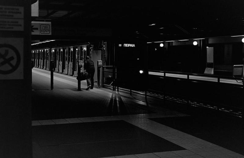 Νωρίς το πρωί στο σταθμό δεν υπήρχε κανείς παρά μόνο ένας ανθρωπάκος που έτρεξε να προλάβει το πρώτο πρωινό σειρμό.
