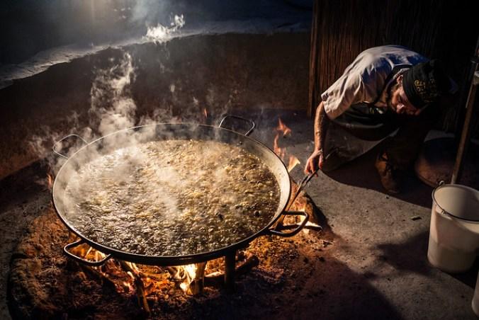 De échte Paella Valenciana, bereid op sinaasappelhout