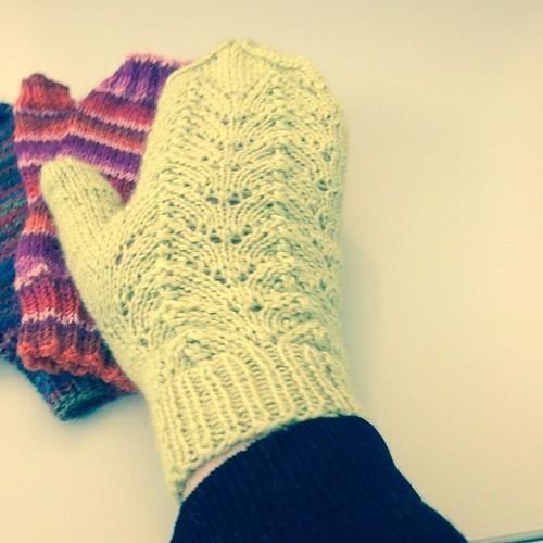 Con pizzo #lace #instaknit #lavoroamaglia #fattoamanoconamore #handmadewithlove #knitting  #knit#gloves