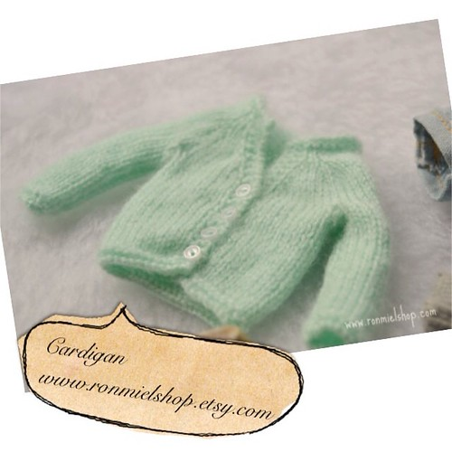 Cardigan, now!  #blythe #blythedoll #blytheclothes #dolldress #dollhouse #ronmielfans #ronmielshop by * Ronmiel *