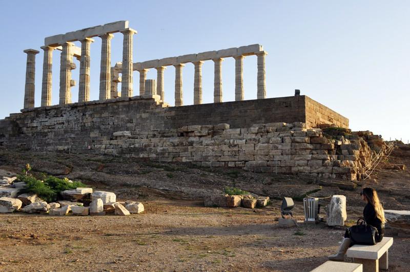 Beatriz contemplando el Templo de Poseidón en el cabo Sounion Cabo Sounion Cabo Sounion y el Templo de Poseidón 12173593815 ee6da8f314 c