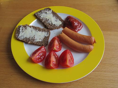 Heißwürstchen mit Ketchup zu gebuttertem Vollkornbrot