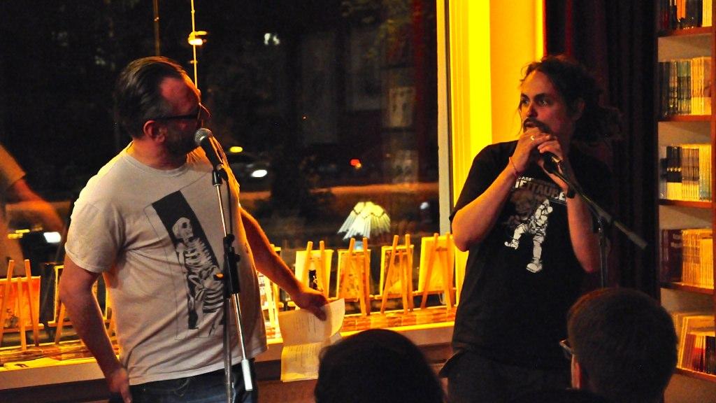 HC Roth zusammen mit Gary Flanell im Periplaneta Literaturcafé