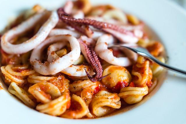 Pasta met pijlinktvis en tomatensaus, oftewel orecchiette con seppie