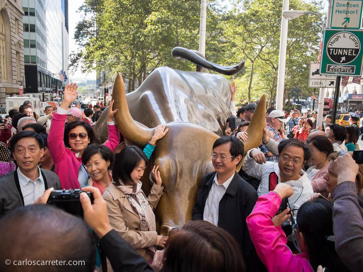 Charging Bull y muchos chinos