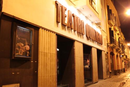 Teatro Quintero desde la calle minutos antes del inicio de la obra