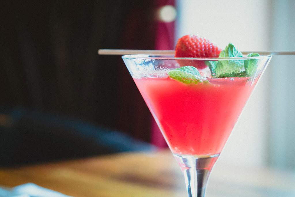 Imagen gratis de un cóctel de Martini con fresa