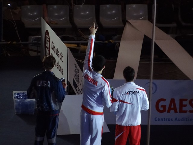 Sun Yang greeting the photographers at BCN2013