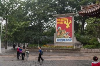 In het straatbeeld tref je nergens reclame aan maar wel oorlogspropaganda.