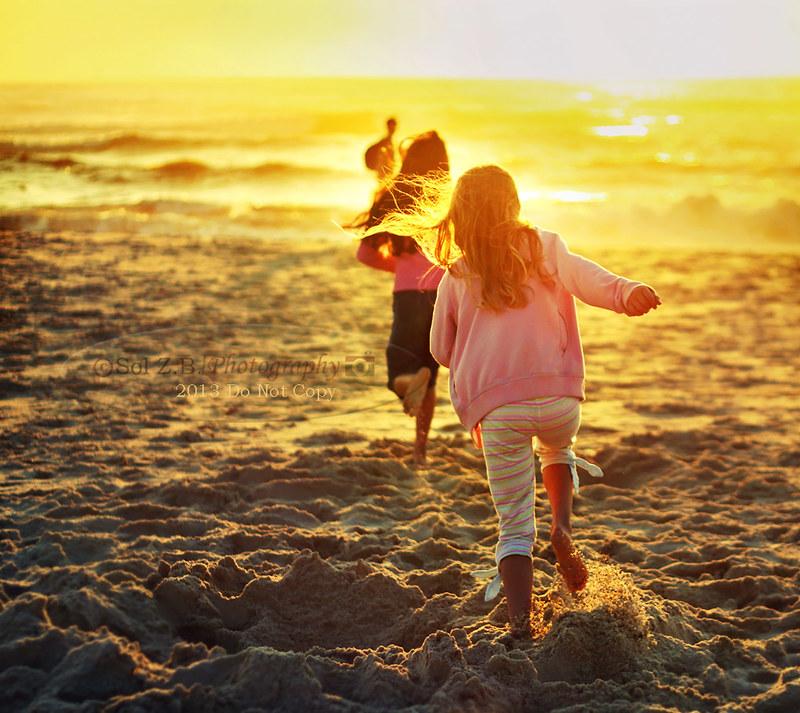 Corriendo sobre la arena al atardecer