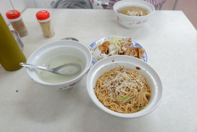 【乾麵 @ 阿財雞絲麵】乾的比較大碗一些,另外會付一小碗清湯,這不是小時候麵攤的做法嗎,好懷念的感覺啊!