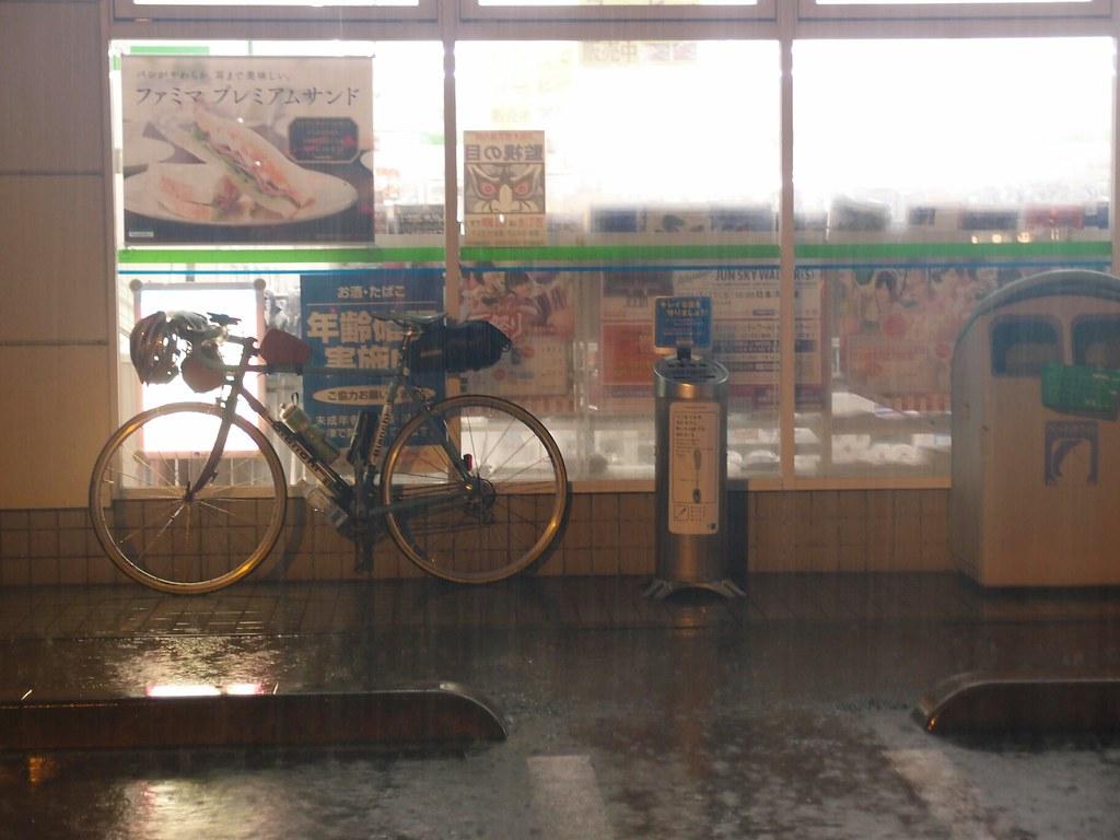 熊谷。日本一暑…くNEEE。雨YABEE。前見えNEEE。いやー、自転車ってエクストリームだなあ!自宅から100km。まだまだ先は長いよ\(^o^)/ at ファミリーマート 熊谷万平町店
