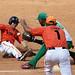 Pável bloquea la base pero el árbitro canta quieto a Varona en tercera. Foto: Aslam Castellón