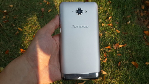 Lenovo S930 ด้านหลัง
