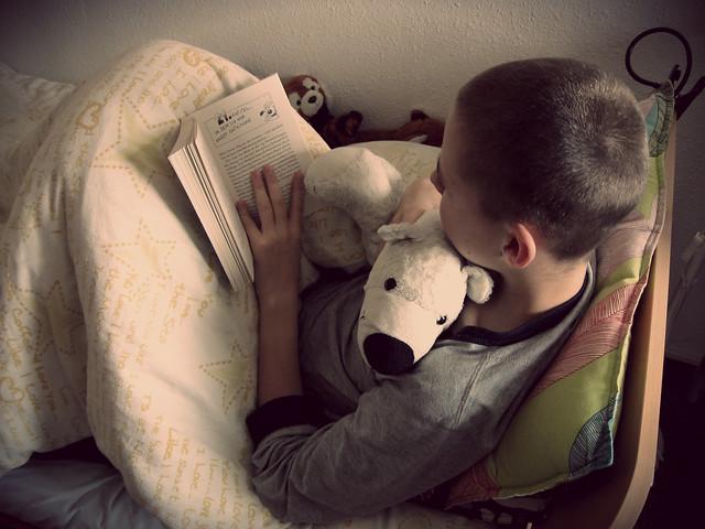 Lesend versunken