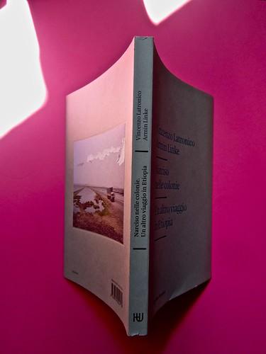 Vincenzo Latromico, Armin Linke, Narciso nelle colonie. Quodlibet Humboldt 2013. Progetto grafico di Pupilla Graphic. Quarta di copertina, dorso, cop. (part.)