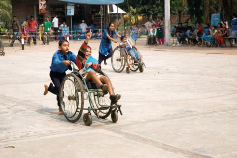 Bambini partecipano a feste scolastiche