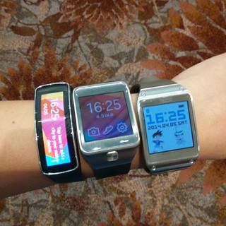 ซ้ายไปขวา Samsung Galaxy Gear Fit, Galaxy Gear 2 และ Galaxy Gear
