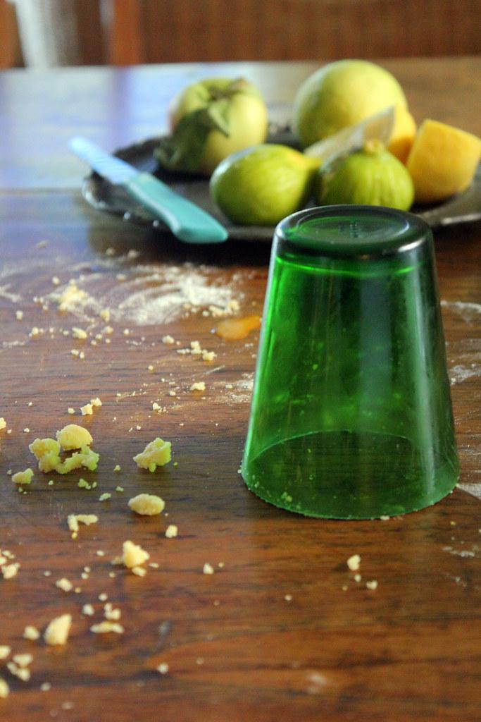 bicchiere, frolla e briciole