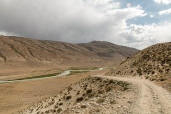 De weg was in elk geval goed. De rivier links is de grens, soms zo smal dat je kon slootje springen naar Afghanistan.