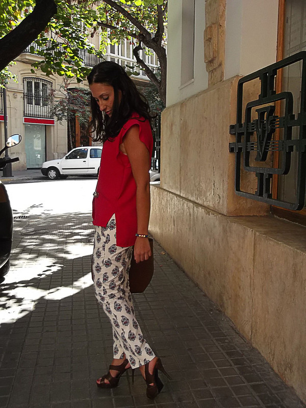Pantalón, estampado vintage, capri, blusa fucsia, tail hem, sandalias romanas marrones, bolso de piel marrón, trousers, fuchsia blouse, brown roman sandals, brown leather bag