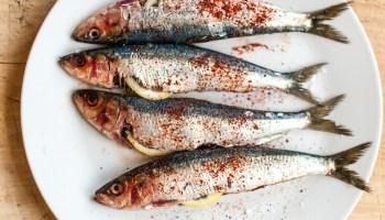 Gegrilde sardines met citroen en piment d'espelette