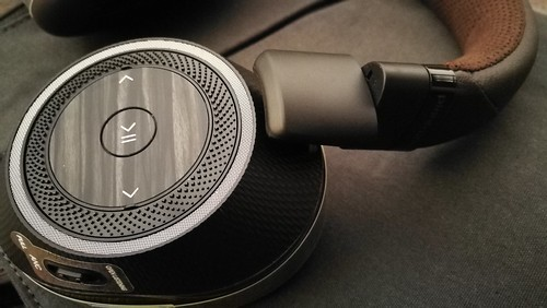 หูข้างซ้ายของ BackBeat Pro 2 จะเป็นตัวควบคุมเพลง
