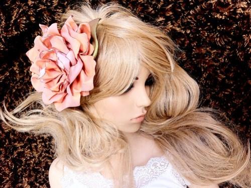 angelica-brigade_handmade-hair-fascinator_silk-floral-clip_headpiece_salmon-pink_iridescent-green_clea_fashion-shot_003